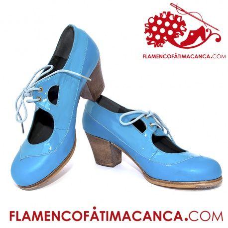 Modelo Luna I Calzado flamenco de línea nueva abotinado, con un corte superior e inferior del calzado y calado en las lengüetas con atadura de cordones.Pieles y forros de 1º calidad. El proceso de fabricación de los zapatos es de unos 15/20 días.