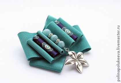 Брошь `Azure Flower`. Волшебная брошь-бант из итальянских репсовых лент, украшена бусинами из голубого агата и металлическим цветком. Эксклюзивное украшение в единственном экземпляре.