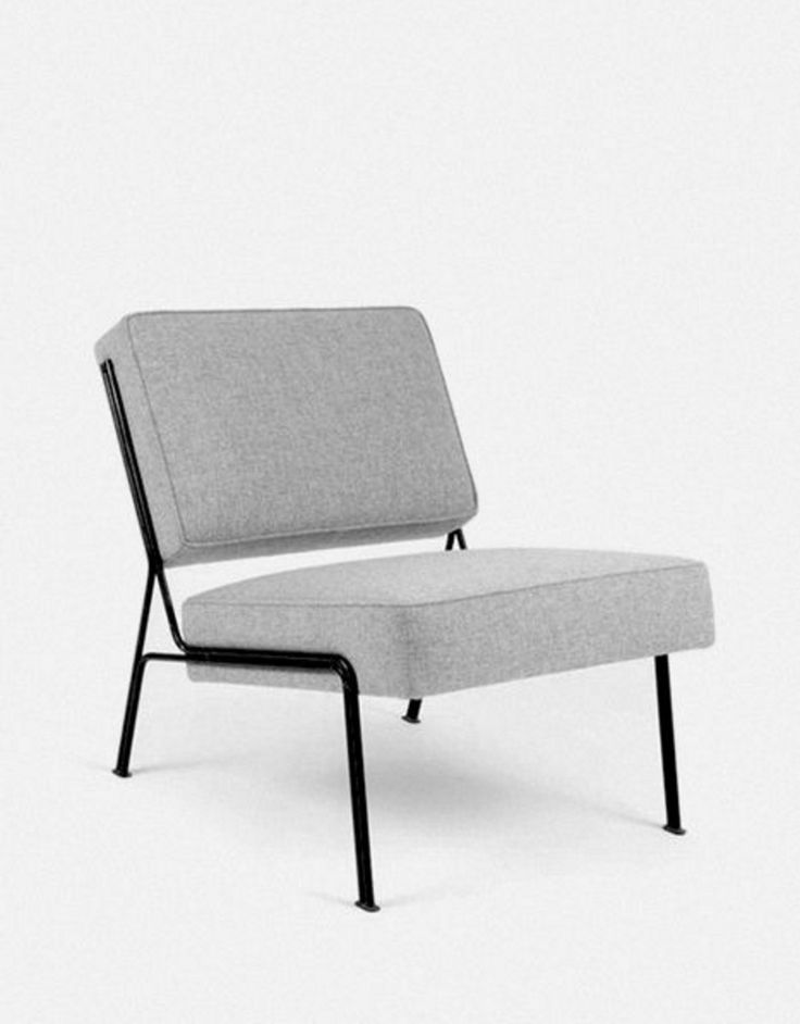 La chaise G2 est un classique du design avec son piètement en métal et son assise en feutre. Cette chaise a été designée en 1955 par Pierre Guariche pour la marque Airbone.