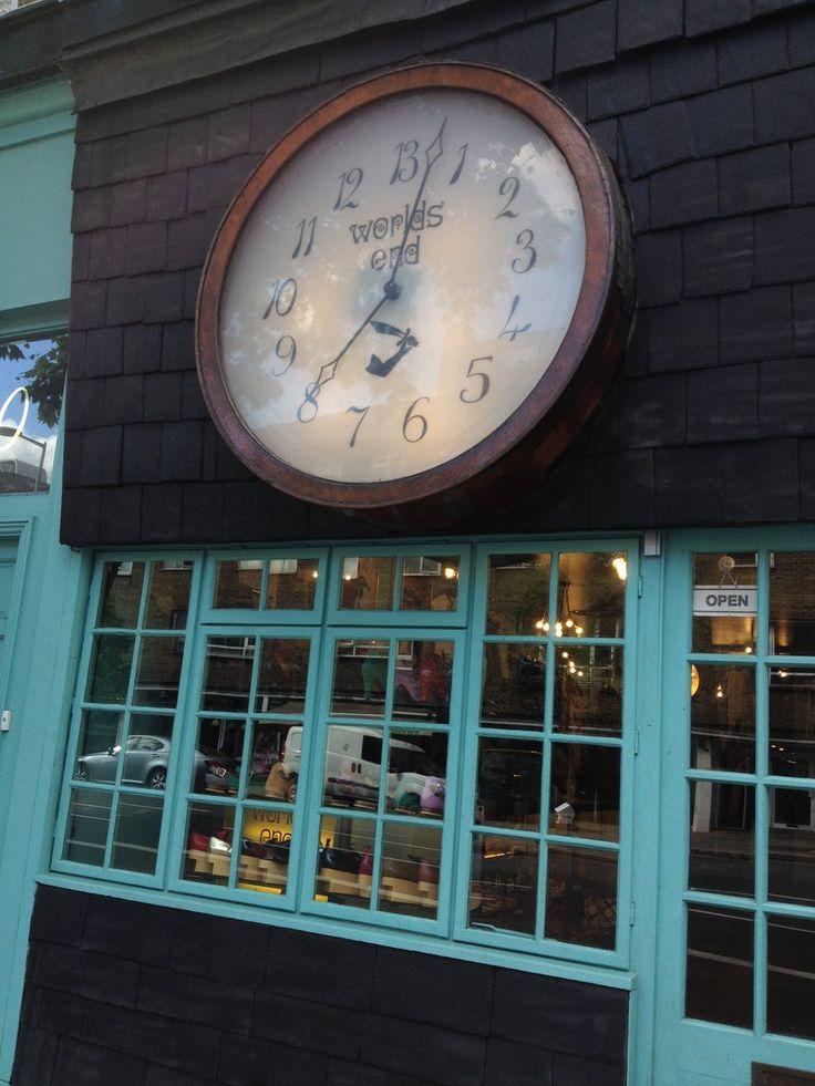 パンクのカリスマ、ビビアン・ウェストウッドのオリジナルショップ。 70年代のオープンされた当時から変わっていない。 時計がすごいスピードで逆行しているのが何か意味を持って裏付けされているようだ。
