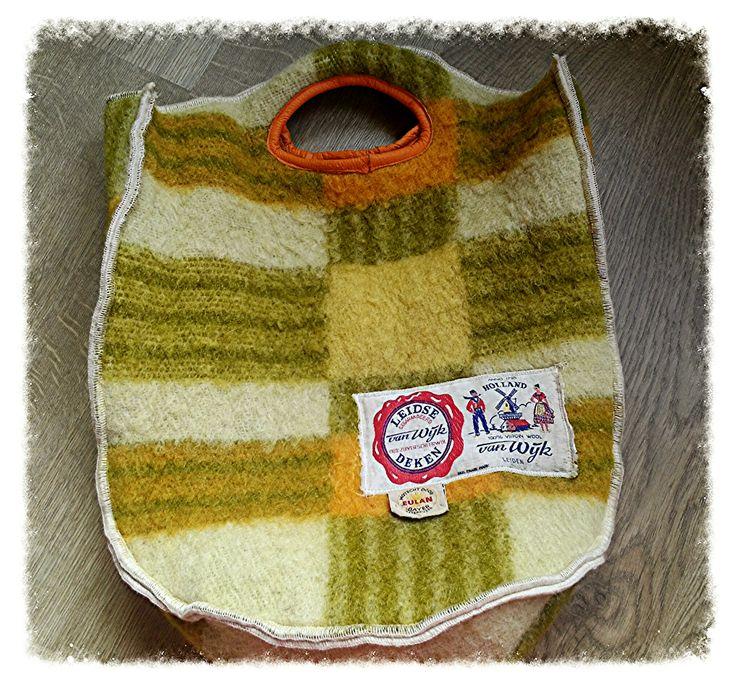 tas van een wollen deken, met label en echt leren handvat.