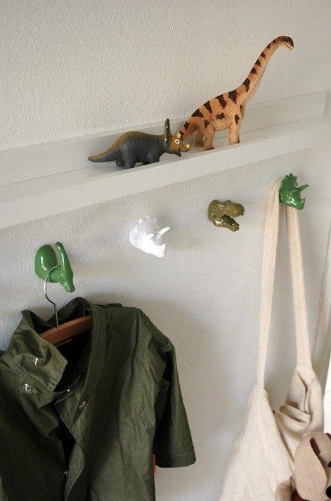 Niets leukers voor de jongenskamer dan de dino kapstokhaakjes van The ZOO.   Drie verschillende dino`s in drie verschillende kleuren waar per dino een jas,   kledinghaakje of tas aan te hangen is. Combineer de dino`s speels op de wand.