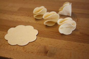 フェルトはお花モチーフの宝庫!花形にカットしたフェルトを5枚用意。その内4枚は4つ折りして接着剤で固定。