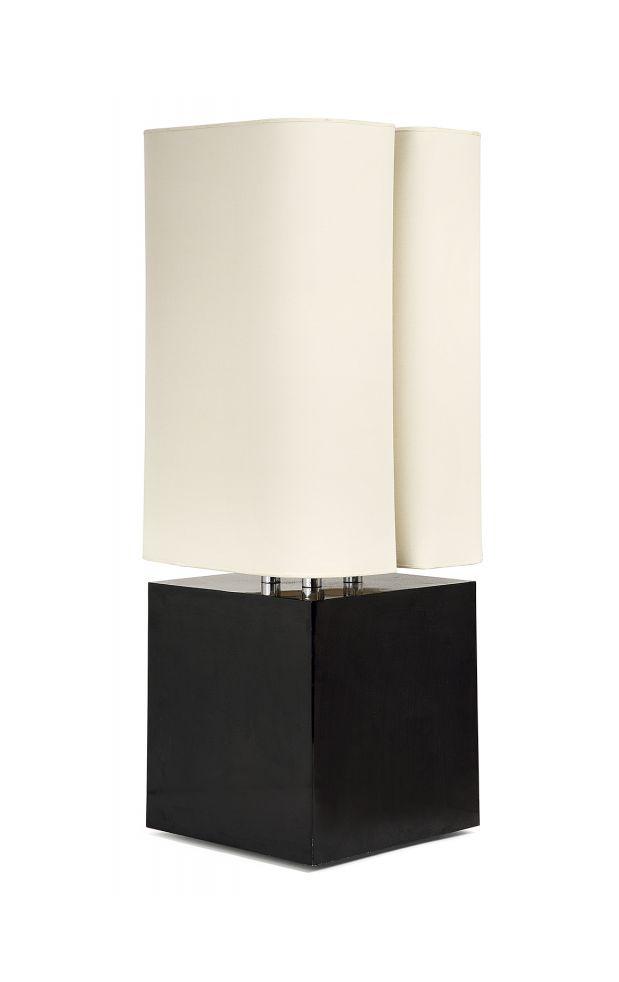 Michel BOYER (1935-2011) Lampe Brasilia, 1975, structure cubique en acier laqué noir brillant d'où s'élève un quadruple fût laqué blanc abritant quatre lumières, platines inférieure et supérieure en métal laqué blanc, abat-jour quadrangulé présentant une double feuillure en pincement. A painted steel and metal Brasilia lamp, 1975. Haut. 70,5 cm - larg. 28,3 cm - prof. 28,3 cm