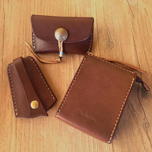 chocolate color  チョコレートカラーにナチュラルハニー色のステッチが入ると、少し上品な印象。  #leather #leatherwork #leathercraft #handsewn #chocolate #oiledleather #crafts #革細工 #レザークラフト #ハンドメイド #革小物 #チョコレート #バレンタイン #手縫い #オイルレザー
