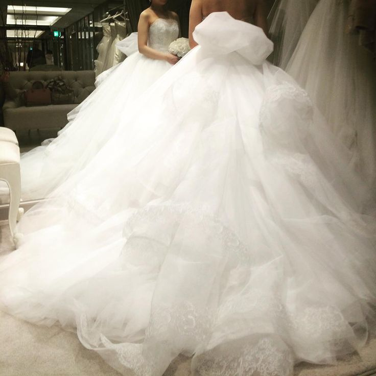 試着レポ6-2@ハツコエンドウ * アントニオ・リーヴァドレスの後ろ姿。取外し可能のトレーンが個性的。横から見るとだんだんになっているのも可愛いんです☺️このふわふわ感伝わるでしょうかー🎵 #wedding #palacehoteltokyo #hotelwedding #パレスホテル東京 #ホテルウェディング #2017秋婚 #dress #weddingdress #ウェディングドレス #ハツコエンドウ #hatsukoendo #アントニオリーヴァ #antonioriva #ドレス試着 #WD試着