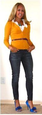 Оранжевый кардиган, белый верх, черный ремень, черные брюки, зеленые туфли