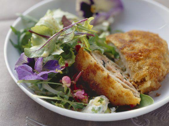 Schnitzel nach Allgäuer Art gefüllt mit Bergkäse, Schinken und Champignons | Zeit: 35 Minuten | http://eatsmarter.de/rezepte/schnitzel-nach-allgaeuer-art-mit-blattsalat