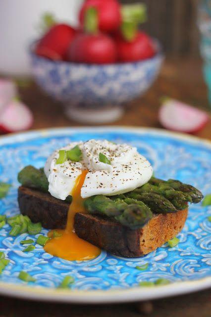 Smakowity Blog Kulinarny: Szparagi i jajko w koszulce na grzance
