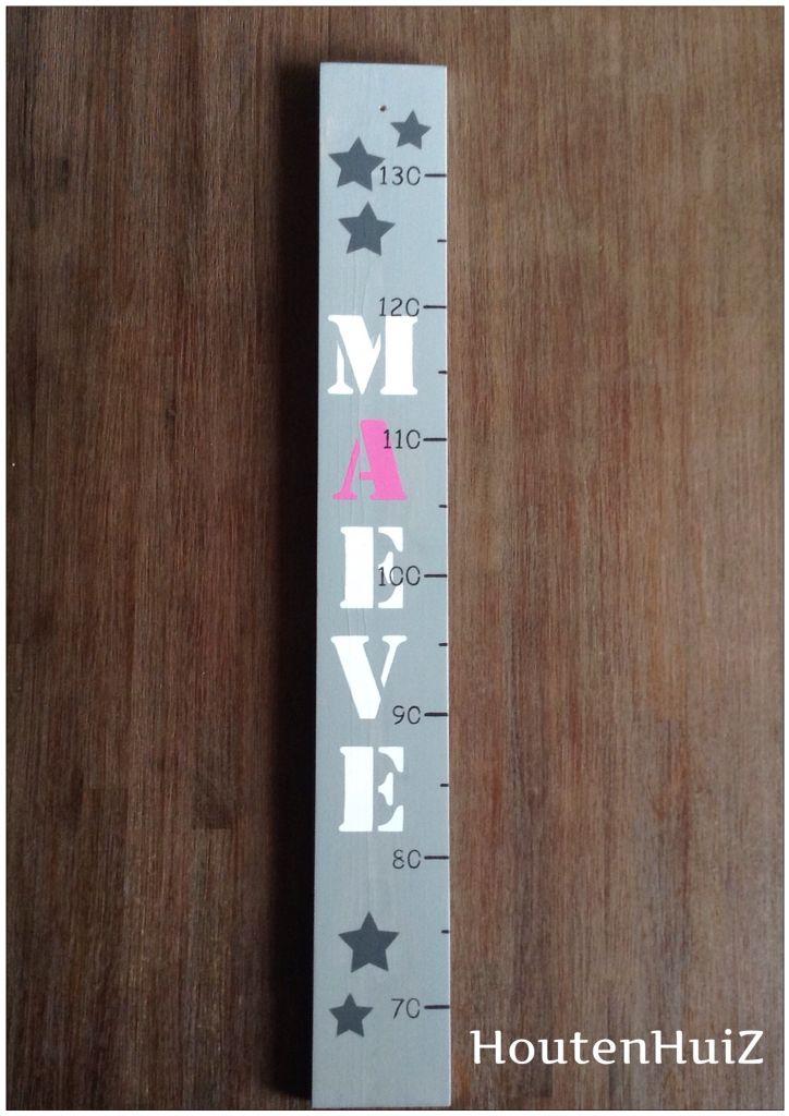 Mooie handgemaakte groeimeter in greywash met naam.