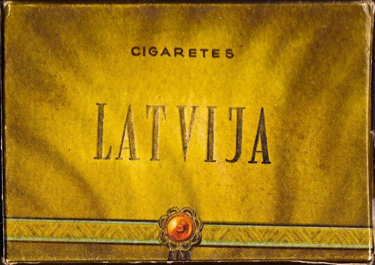 XX gadsimts, sešdesmitie gadi. Fāters pīpē Prīmu, mamma Belomorkanal, vectēvs Sever.  Bet, lai arī visi apkārt pīpē visu, ko var pīpēt, nekad neesmu redzējis cigaretes Latvija, turklāt tik klaji nacionālistiski noformētas. Tak tomēr, izrādās, tādas ir bijušas.