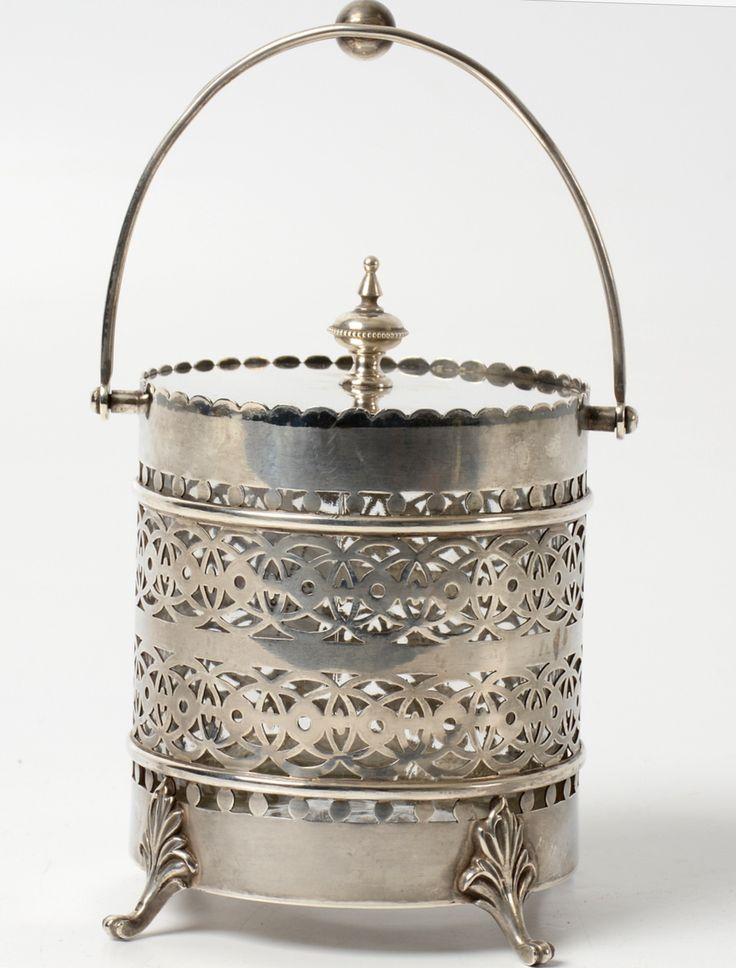 Zilveren ijsemmer. Rond model met draadhengsel, vlakke deksel en de houder is versierd met ajour banden en gegolfde rand. Staande op acanthusblad bekroonde pootjes. Voorzien van uitneembare glazen binnenzijde - Fa. G.C. Reeser & Zoon, 's-Gravenhage (1885-1925) - 1904 - gehalte 0.925 - 427 gram - h. 14.5 cm, Ø 10 cm