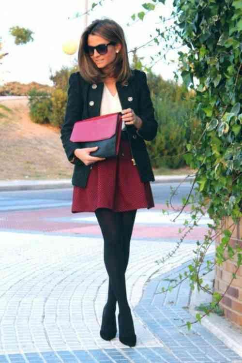 jupe courte femme avec un sac en bordeaux