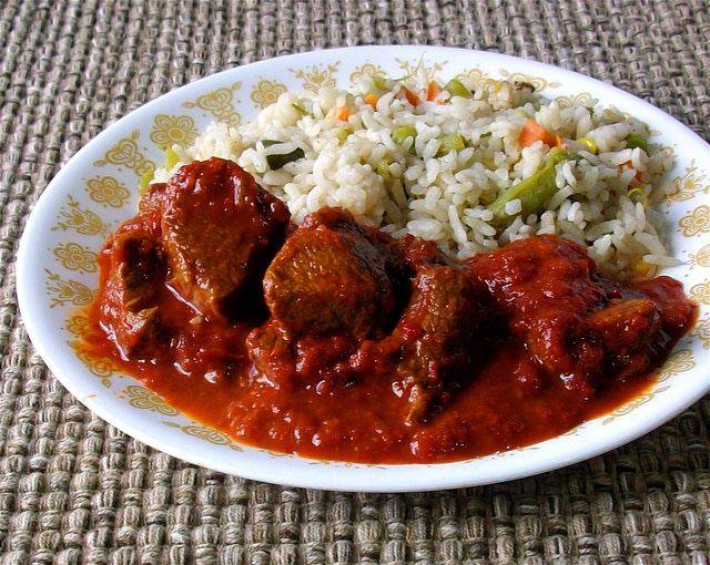 Carne de res en salsa de chile guajillo: La salsa de chile guajillo normalmente pica muy poco.