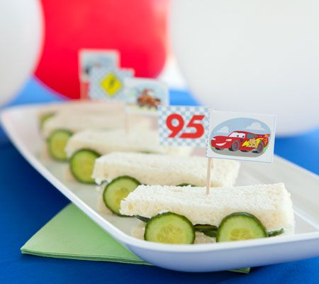 Transform bite-sized sandwiches into mini speed machines with these checkered sandwich flag toppers. http://www.romeoauto.it
