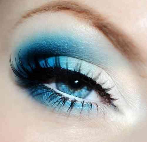 Une vue des yeux bleus avec des ombres d'une couleur froide