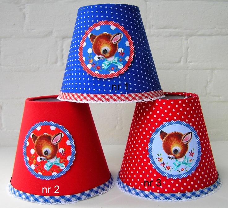 klemkapjes gemaakt voor klant. met retro hertje in fris felrood en kobaltblauw