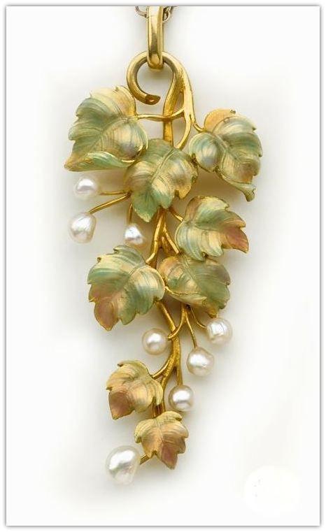 Emaille, natürliche Perle und Goldrebe Anhänger und Kette. Englisch. Das ist ein Wunder …