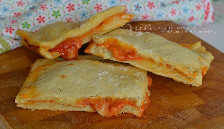 Pizza di patate senza lievito con pomodoro e mozzarella