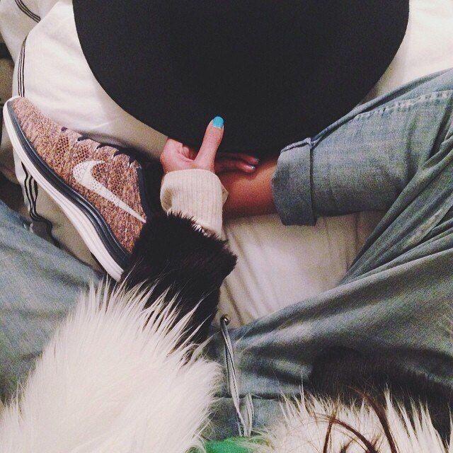 кроссовки найк + бирюзовый лак + шляпа + шубка + шерстяная кофта + спортивные серые штаны + белое одеяло + ноги