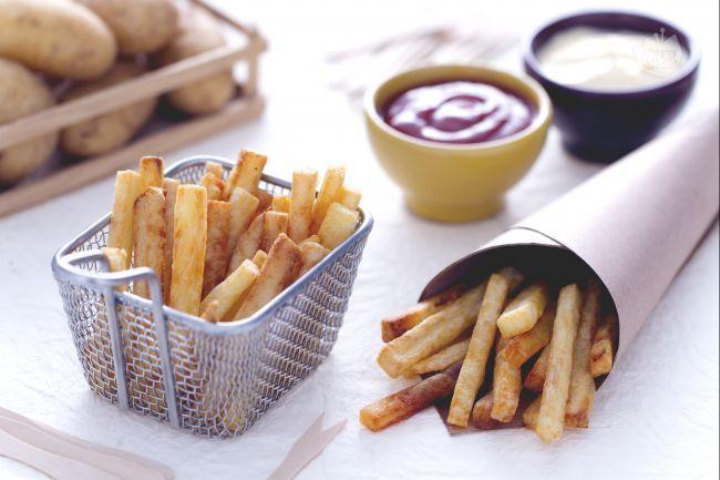 Le patatine fritte alla belga sono uno dei street food più amati. Una perfetta riuscita: patate adatte alla frittura, taglio e temperatura dell'olio!