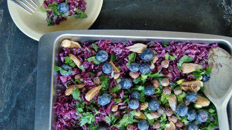Skål med rødkålssalat med blåbær og figner.