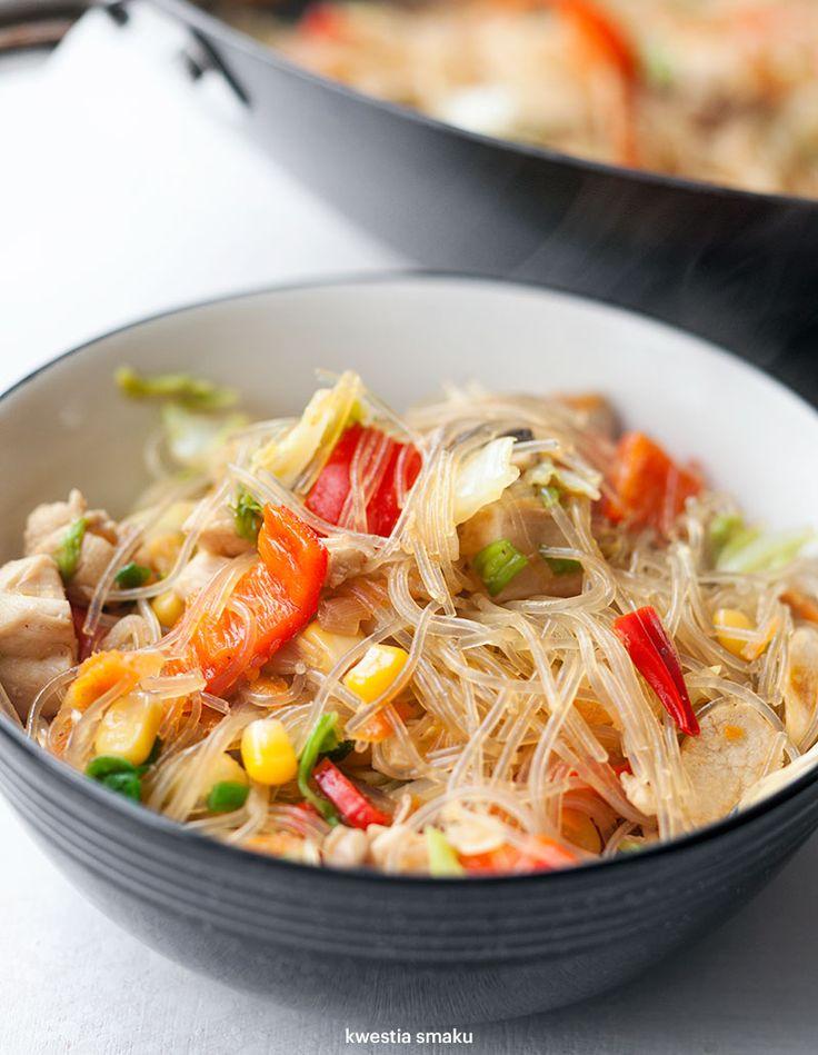 Makaron sojowy smażony z kurczakiem i warzywami, z kapustą pekińską, pieczarkami, papryką i kukurydzą