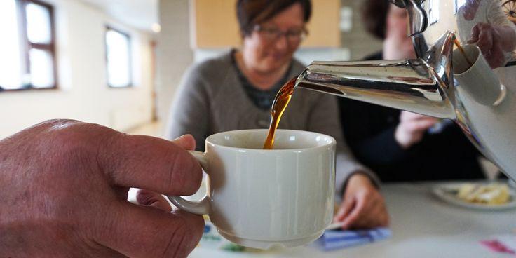 Katajassa kahvit juodaan aina yhdessä asukkaiden kanssa. Niinkuin kotona aina on tapana tehdä.