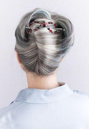 おしゃれに見えるヘアアレンジ 白髪のロングヘア、夏のヘア、シルバーグレーヘア