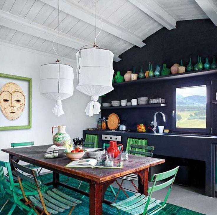 В кухне-столовой настроение создают элементы мебели и декора зеленого цвета.  (средиземноморский,средиземноморский интерьер,средиземноморский дом,средиземноморский стиль,деревенский,сельский,кантри,архитектура,дизайн,экстерьер,интерьер,дизайн интерьера,мебель,кухня,дизайн кухни,интерьер кухни,кухонная мебель,мебель для кухни,столовая,дизайн столовой,интерьер столовой,мебель для столовой,жилая комната) .