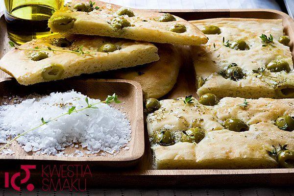 Focaccia z oliwkami i solą morską