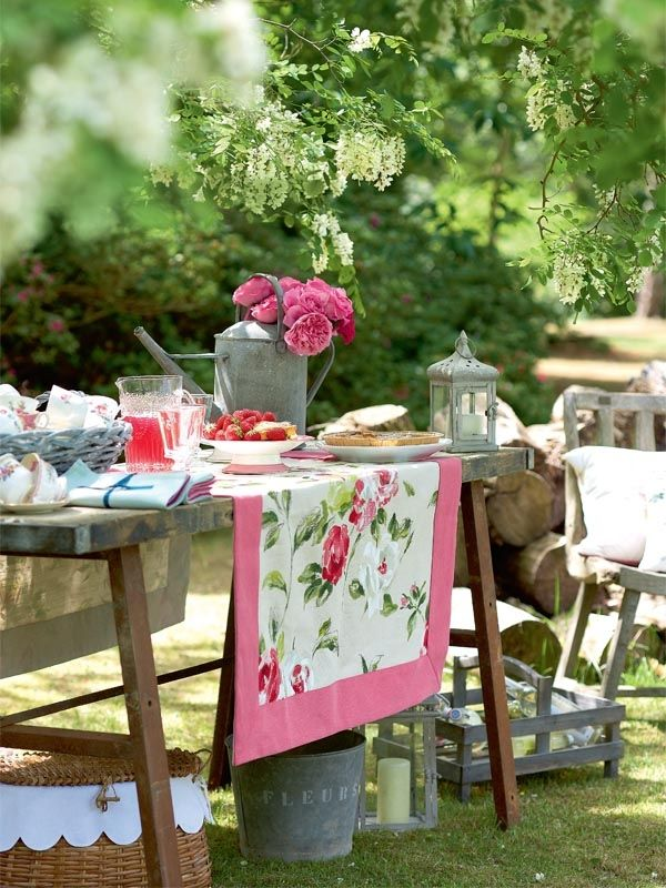Outdoor tablescape rustic wedding wooden tables replace - Como decorar una mesa para una cena ...