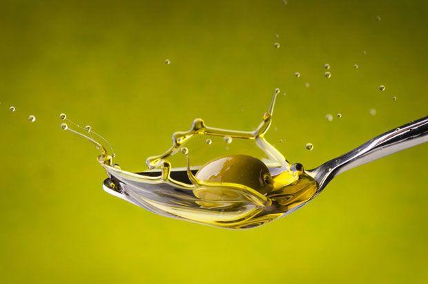 Las palabras 'virgen' y 'virgen extra' son como el apellido del aceite de oliva. Es como pertenecer a una familia de renombre y con prestigio. Todo el jugo que sale de las aceitunas se puede llamar aceite de oliva, pero es el 'apellido' el que marca en gran parte su calidad.