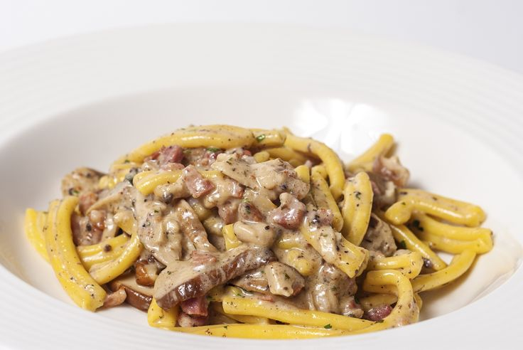 Pasta shape of the week:Trofiette. They are a typical Ligurian cuisine pasta and considered to originate from Sori, Genoa province. We recommend our recipe with smoked ham, porcini mushrooms and truffle cream. An absolute delight!