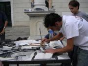 L'arte del mosaico San Francisco-Pietrasanta: prima competizione internazionale del mosaico di marmo italiano S.Francisco-Pietrasanta. 27-28 settembre 2003. Allievi all'opera in Piazzetta del teatro.