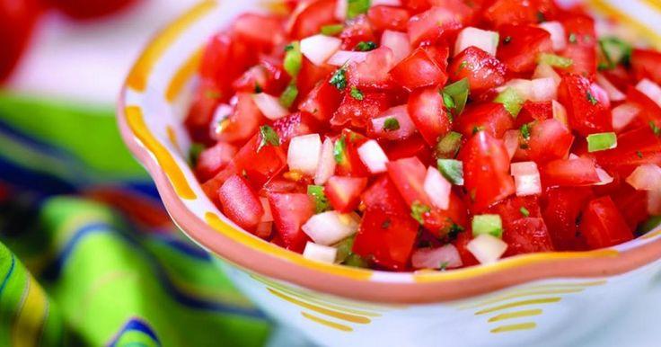 A nyári hónapok elengedhetetlen fogásai a finom saláták, akár húsok mellé fogyasztva, akár önállóan is megállják a helyüket. A paradicsomos verzió az egyik kedvencünk, készítsd el te is!