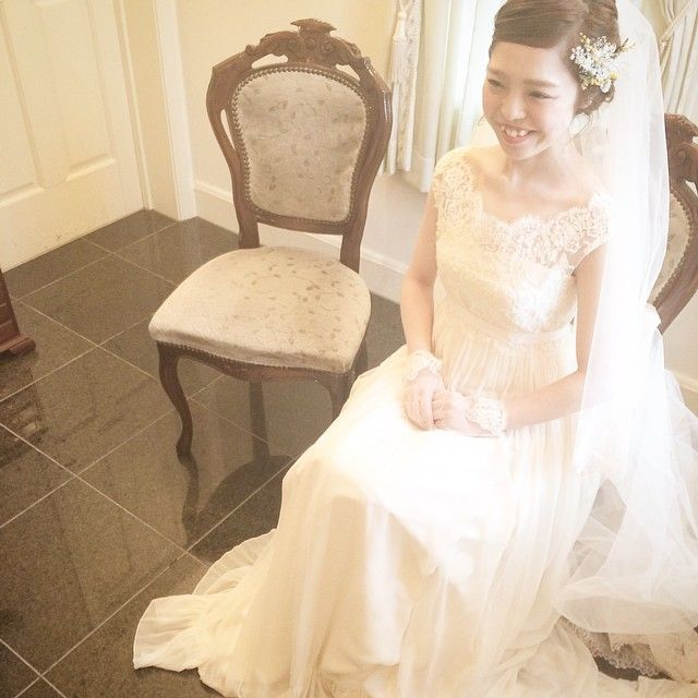 Instagram media maisonsuzu - 控え室で待機中のご新婦さま*  レースのトップスとお揃いのショートグローブ お母様憧れのロングベールを纏って可愛い笑顔です^ ^  #weddingdress #wedding #ウェディング #ウェディングドレス #maisonsuzu #レース #結婚式 #アルバート邸