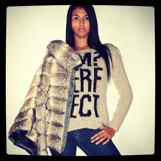 Dreamstore COLMAR ORIGINALS ANIMALIER & ¡MPERFECT La Giacca COLMAR MD 2218 è la giacca con collo ampio, imbottita in piuma 100% naturale, esterno in tessuto superleggero stampato all over con stampa fotografica PITONE. Il Maglione è IMPERFECT, la nuova linea realizzata con la collaborazione di Belen Rodriguez, per la donna dinamica e sportiva. #dreamstore #totallook #fashion #jackets #shoes #sneaker #caps #bracelet #instaday #instafashion #picoftheday #fashiononweb #fw2013-2014 #fallwinter