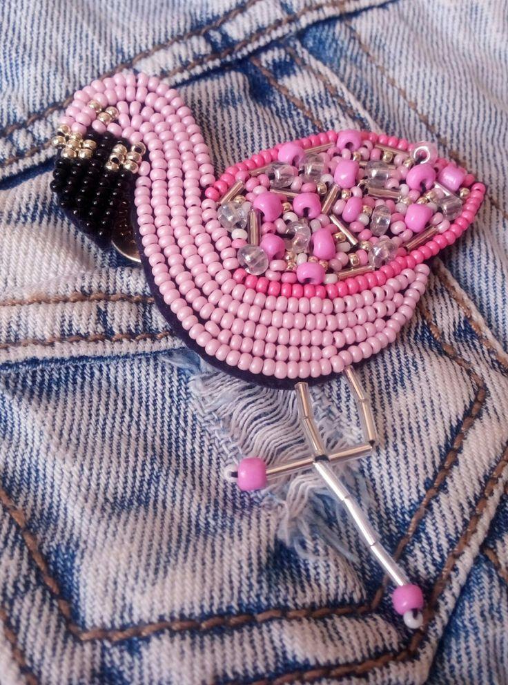 Розовый фламинго, брошь ручной работы из бисера