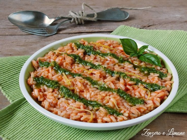 Mai avrei pensato che un semplice risotto al pomodoro potesse diventare un piatto sfizioso e particolare con la semplice aggiunta di pesto alla genovese e qualche altro piccolo accorgimento. Mi è davv