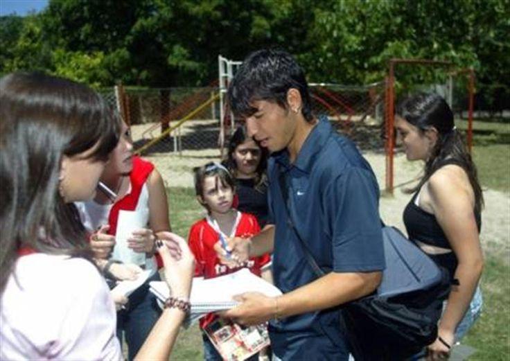 El chico que creció de golpe  Como en cada final de las prácticas, Agüero es el más reconocido por los hinchas. Foto: FotoBAIRES