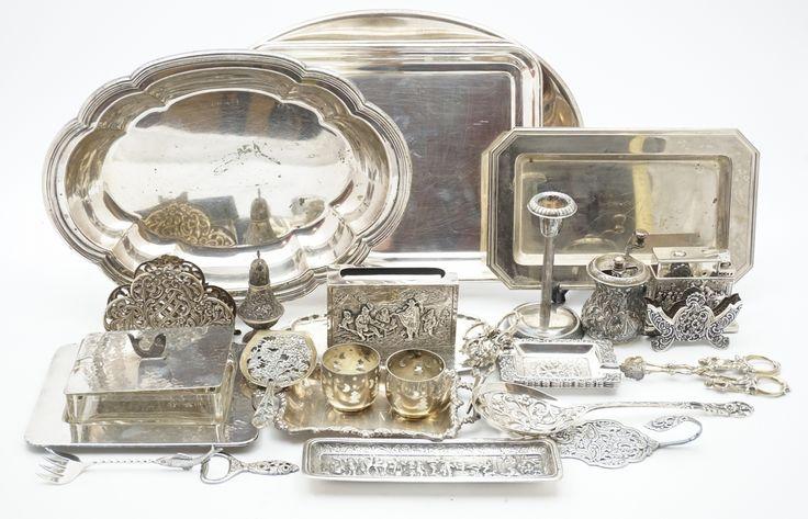 Een kavel divers verzilverd, w.o. schalen, rookgerei, druivenschaar, kandelaartje, botervloot, etc