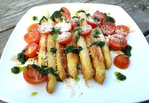Gebratener Spargel mit Pesto und Parmesan
