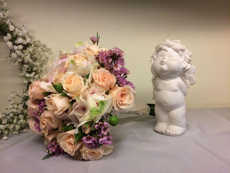 Buchetul Sofia este un buchet jucăuș și colorat, care combină trandafirii romantici cu liliacul copilăresc.