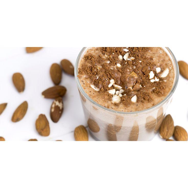 Ontbijt-tip: smoothie met koffie en cacao. Ingrediënten – 2 glazen ( 2 glasses) - 150 ml koude koffie (cold coffee) - 150 ml (amandel)melk (almond milk) - 1 banaan (bevroren, in stukjes / frozen banana pieces) - 2 theelepels cacaopoeder (2 teaspoons cacao powder) - klein handje ongezouten amandelen (small hand of unsalted almond nuts) (Bron +foto =vitanouk.nl)