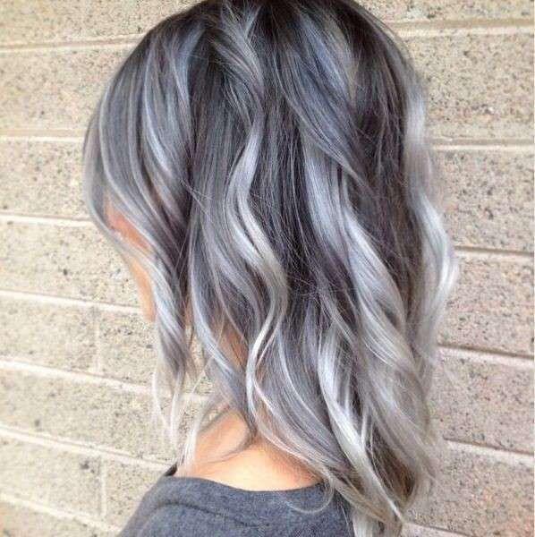 Colore capelli grigi - Chioma media e mossa grigio silver