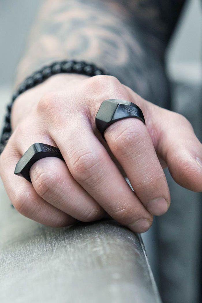 Os anéis masculinos voltaram com tudo para a moda e podem ser uma ótima escolha de acessório.