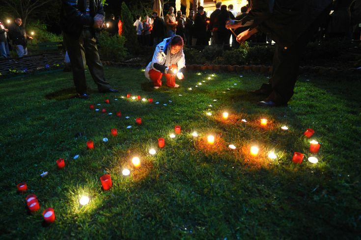 Mai mulţi credincioşi ortodocşi aşează pe iarbă lumânări în forma unei cruci, în timpul slujbei de Înviere, oficiată la Mănăstirea Sfântul Ioan Rusul din comuna Slobozia, judeţul Giurgiu, duminică, 15 aprilie 2012. (  Octav Ganea / Mediafax Foto  ) - See more at: http://zoom.mediafax.ro/people/pastele-ortodox-2013-10824778#sthash.AHJ6wGum.dpuf