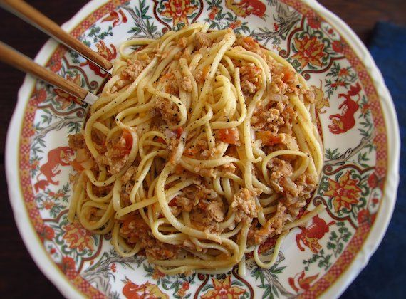 Tuna pasta | Food From Portugal. Going to receive friends at home and do not know what to do for dinner? Here's the perfect solution, prepare this tuna pasta recipe that everyone will love! It's easy, fast and quite tasty!!  http://www.foodfromportugal.com/recipe/tuna-pasta/
