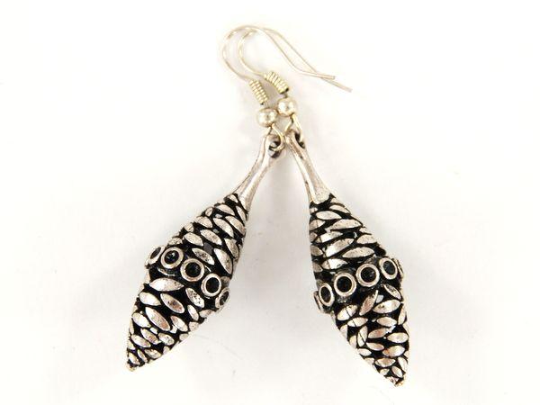 Kolczyki zakupione na marokańskim Suku, wykonane z lekkiego materiału w owalnym kształcie. Wykończone ciekawym, niepowtarzalnym ornamentem.